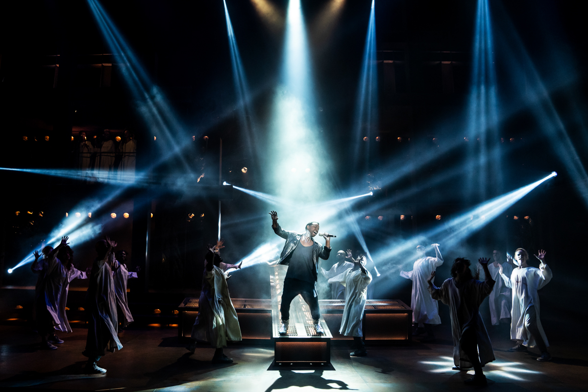 Jesus Christ Superstar, cast singing and dancing.
